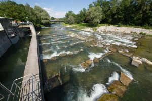 Die Renaturierungsmaßnahmen an der Alz schreiten voran: Sohlgleite und Fischtreppe ermöglichen es den heimischen Fischen, ohne unüberwindbare Hindernisse stromaufwärts zu wandern.